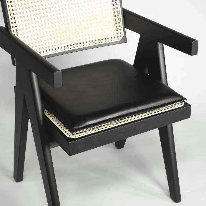 Jeanneret Chair schwarz mit schwarzem Lederkissen