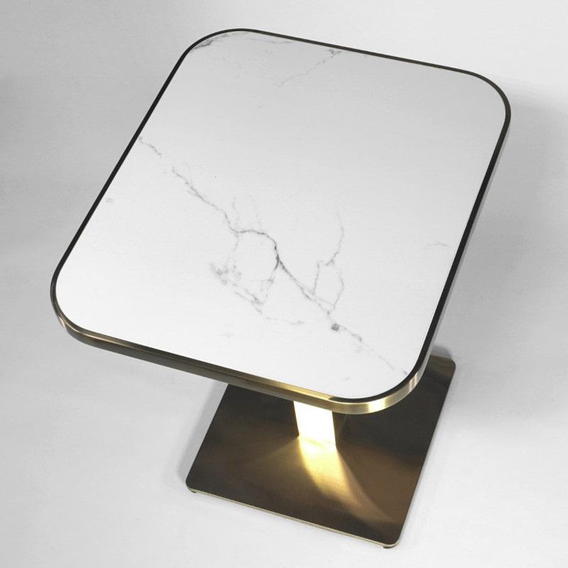 Kleiner Tisch im klassischen  Bistro-Stil Weißer Marmor und Messing