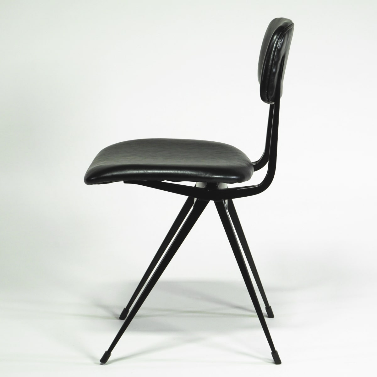 Schwarzer Stuhl gepolstert Metall